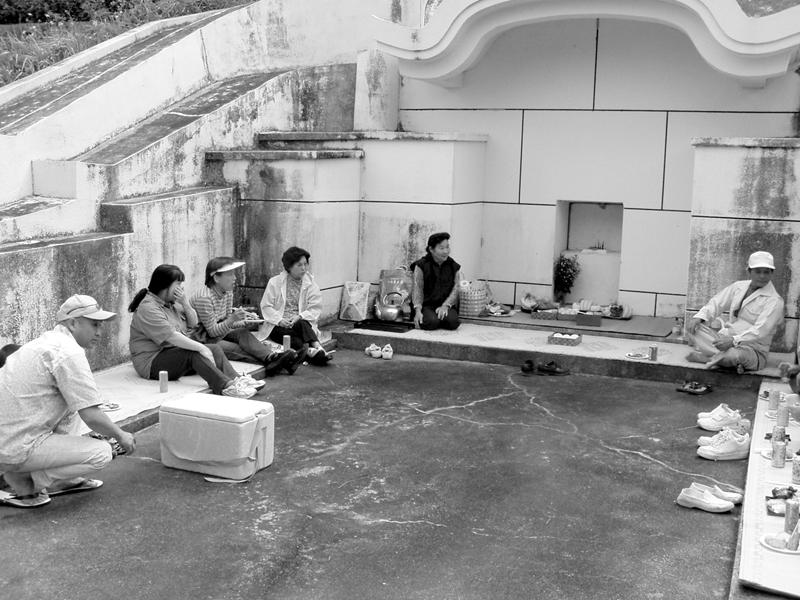 沖縄流祖霊との交流風景でもあるハカナーでの歓談