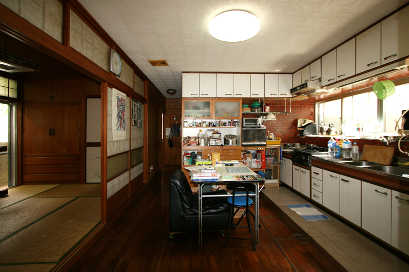 リフォーム前のダイニング・キッチン、和室。細かく仕切られていて、室内は暗かった(エバデザイン提供)