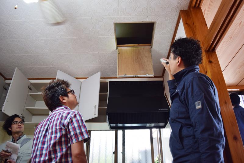 天井裏点検口を開けて天井裏の状態を確認する。構造体の状態を詳しく知るためにも、天井裏や床下が確認できるなら見ておこう=2015年3月29日、宜野湾市
