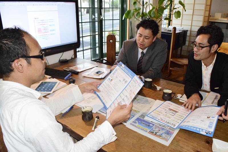 OKINAWA型中古住宅流通研究会のメンバー。中央が柿本さん。住宅診断が手軽にできるマニュアル「おうちクリニック 住宅カルテ」を作成した