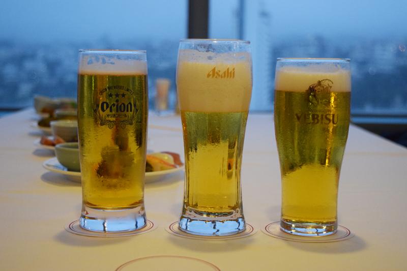 注がれたビールの量がバラバラなのも愛嬌。仲間同士で注ぐ楽しさや味を飲み比べながら好みにあったビールをチョイスするのもうれしい♪