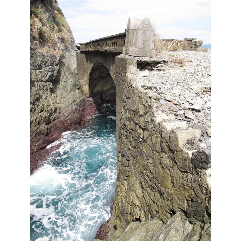 <6> 橋を渡った与那側には、石積みの土台と親柱が残る。親柱は不安定な状態で、いまにも落下しそう