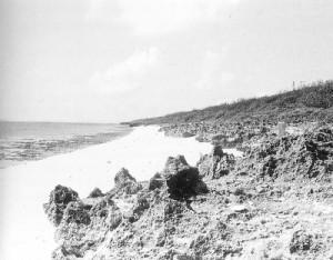 写真:歴代国王のニライカナイへの遥拝所だった久高島の伊敷浜