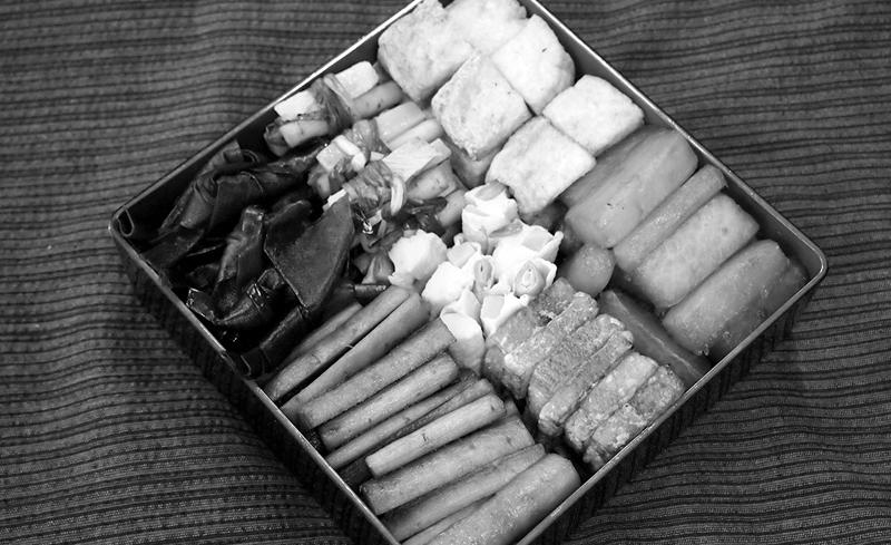 写真:沖縄の行事には欠かせない七品の重箱料理