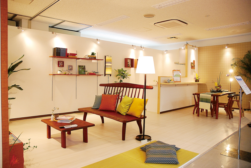 モダンな住まいも、自然素材の質感を加えると和みの空間に=エッカ石油「住まいるライフフェア」会場にて