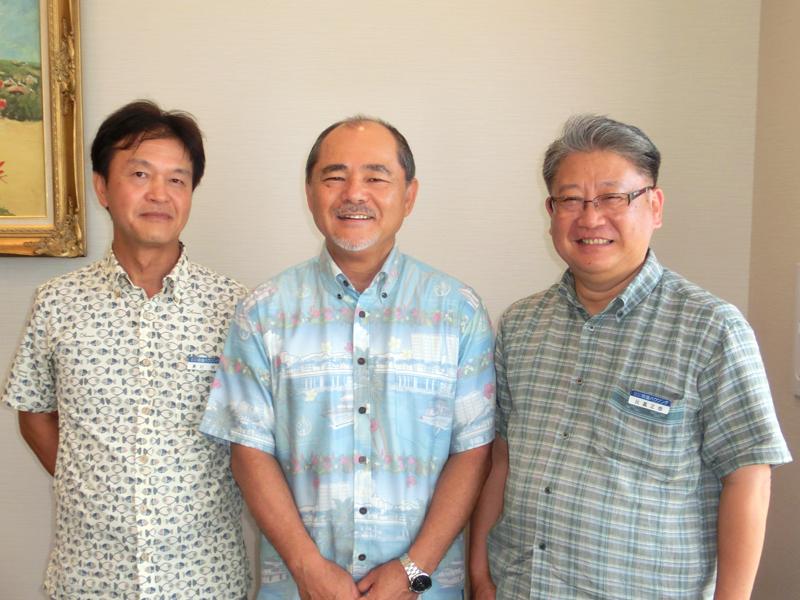 右から比嘉副理事長、高宮城理事長、兼村事務局長(沖縄タイムス社提供)