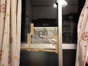 台風に備えた窓の雨漏り対策=宜野湾市2012年撮影