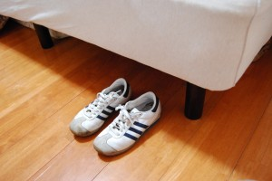 寝床に靴を置いておく