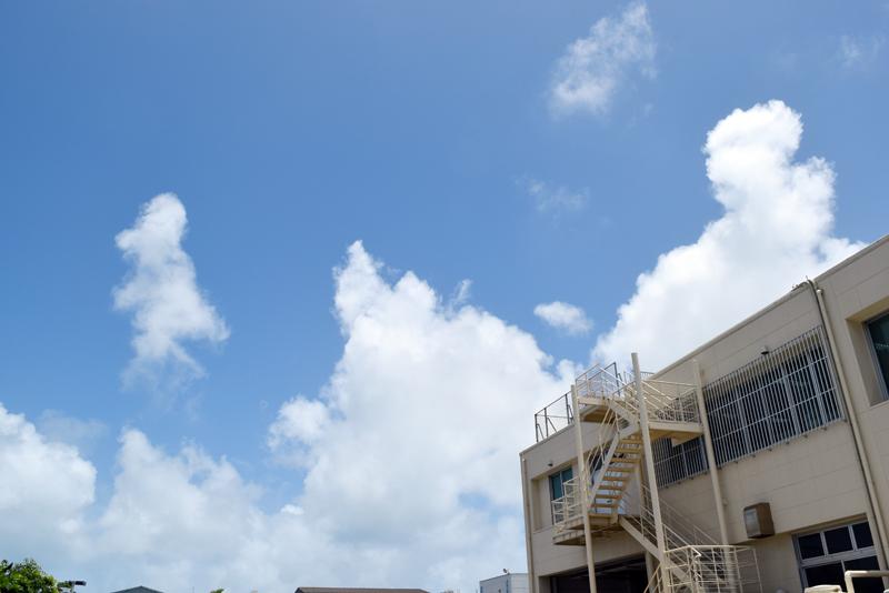 弊社駐車場から見た空の風景。現在は青空が広がっています(うるま市州崎)