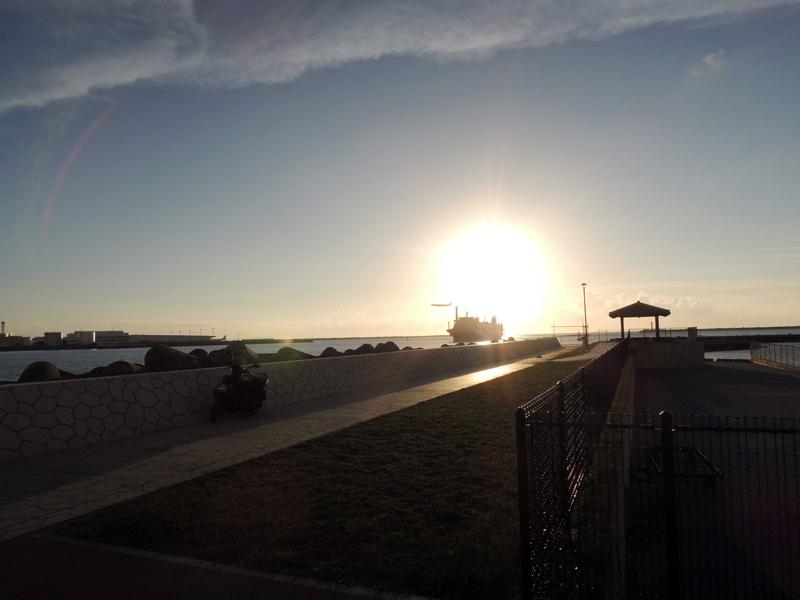 現在の那覇の端っこ。夕日の中に入港する船と着陸する飛行機