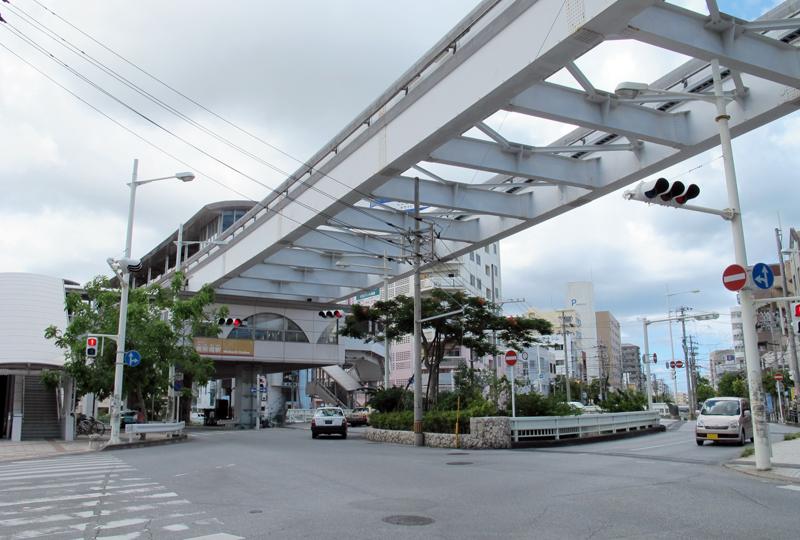 <5>美栄橋の橋と駅。美栄橋はもともと首里と那覇を結ぶ長虹堤に架けられた由緒ある橋。久茂地川と潮渡川が分かれる位置に架かっているため、川の両岸にある道を結ぶ変則的な形をしている
