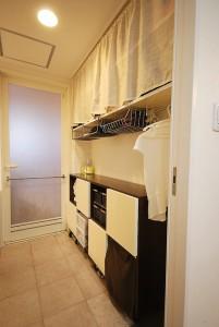 前森さん宅の洗面室。手持ちの家具に合わせて収納スペースを工夫した。