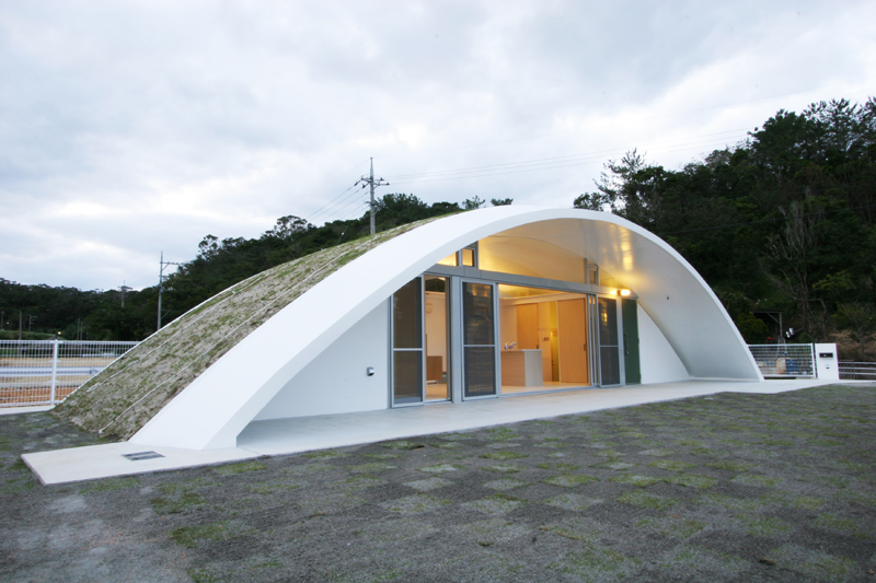 形状が特徴的な「屋根だけの家」。設計監理:エス・エヌ・ジーデザイン