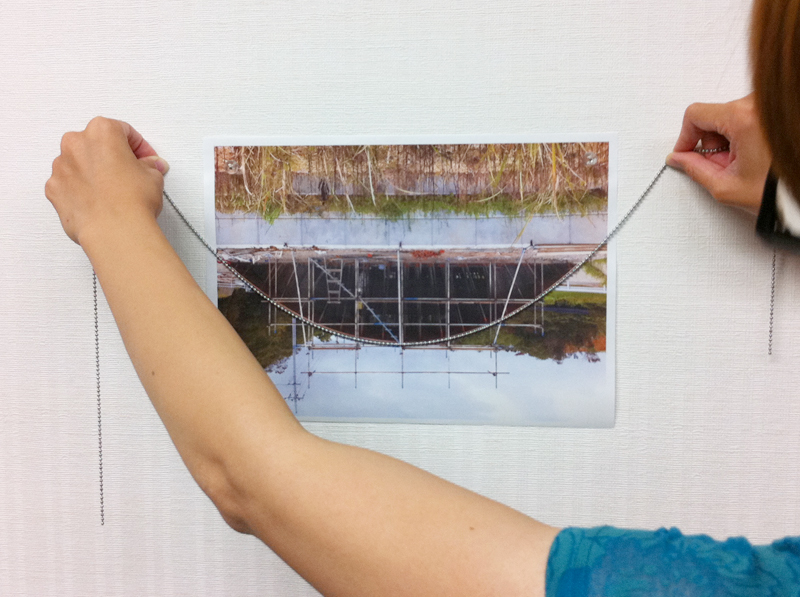 実際にひもを垂らした状態と屋根の形状を比較。カーブの状態がぴったりマッチ。自然界とのバランスが取れている状態
