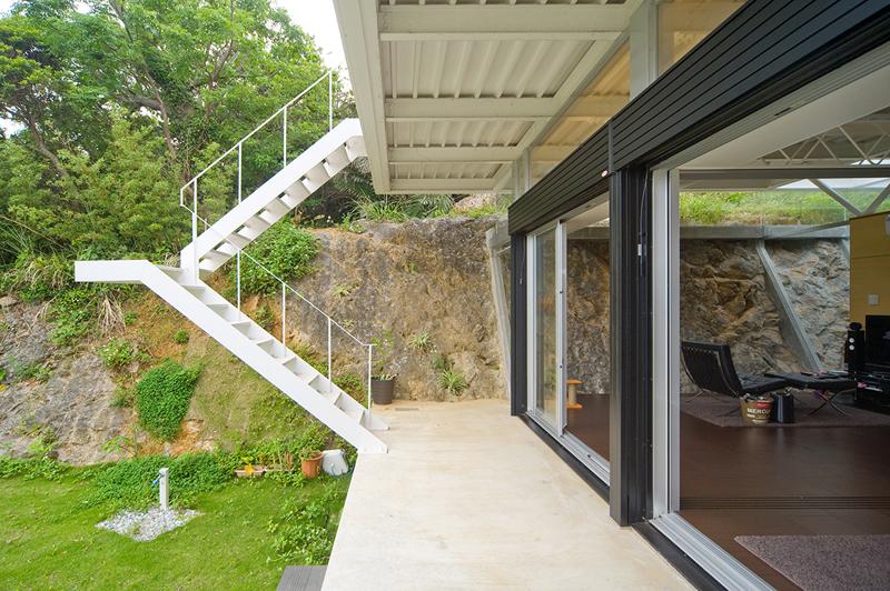 両足を広げた状態(バランスよく支えている状態)からヒントを得た階段。写真=「ねこハウス」。設計監理:エス・エヌ・ジーデザイン