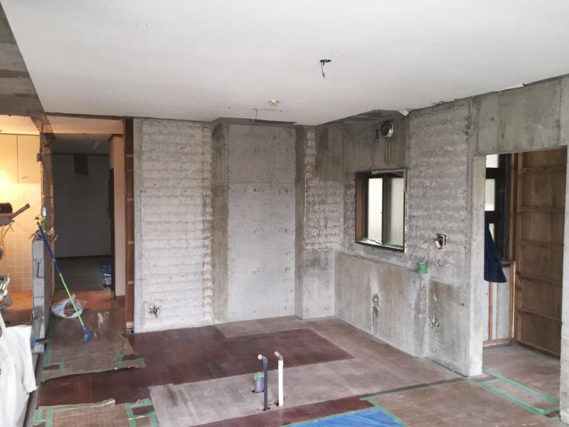 工事中の様子。内装材をはがし、内部をむき出しにして、配管などを交換する