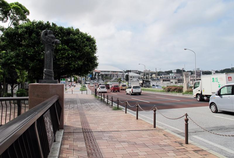 国道331号(旧3号線)の起点、那覇市垣花町明治橋南詰。現在でも現国道58号(旧1号線)との境になっている。中央分離帯に起点を示す碑がある