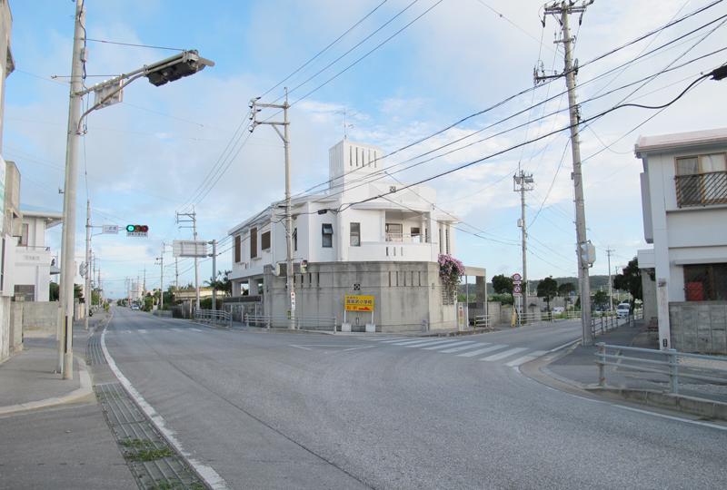 県道3号の起点、糸満市小波蔵。左へ分岐する道が県道3号。直進する道は以前は国道331号だが、現在は国道はバイパスに移り、糸満市道となった