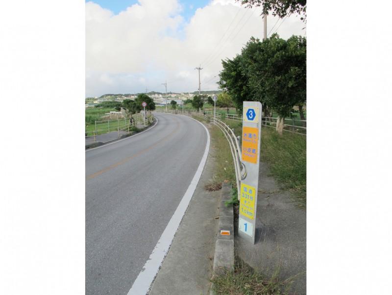 ゆるい坂道となだらかに広がる風景が南部らしい。「国道331号まで1.0km」とあるが、現在は直接国道にはつながっていない。他の国県道と接続しない県道も珍しい存在