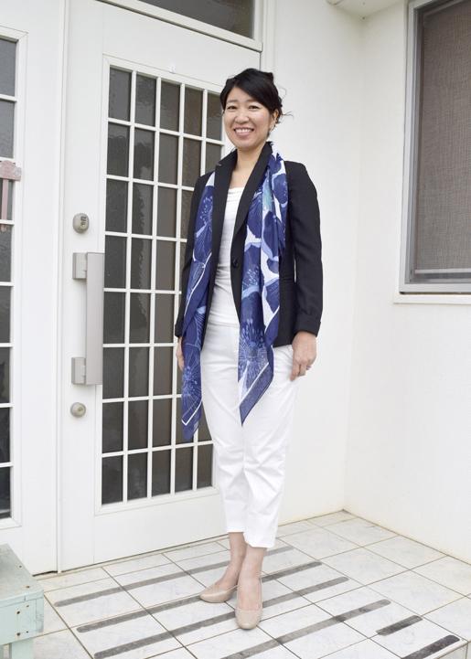 買い足した薄手でベーシックな形のジャケットは年中使え、合わせやすい。手持ちの服の活用度もアップ