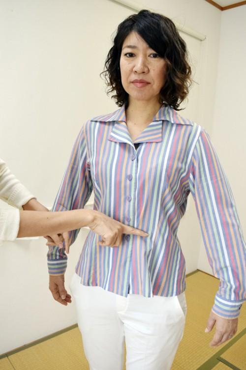 ◆まりもチェック! 「服選びは好き嫌いはもちろんですが、どう見られるかを意識して。この服は襟や腕周りが大きく、ウエスト周りの形も古い。思い切って処分を!