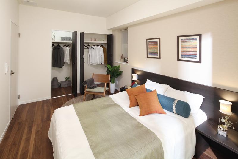 落ち着きのあるシックな雰囲気のベッドルーム