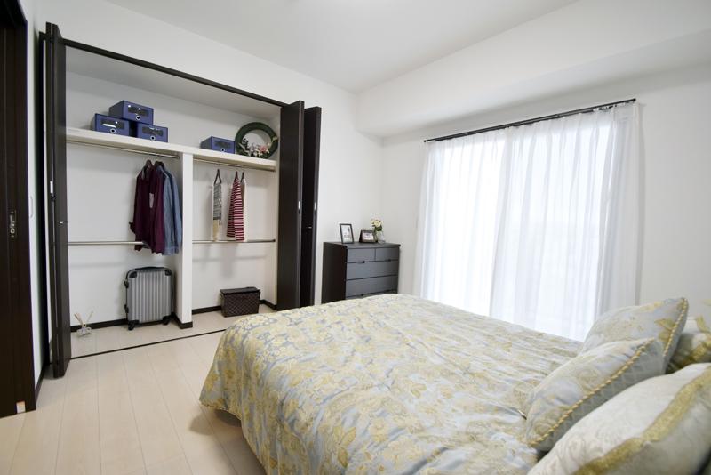 寝室に備えてある収納も広々
