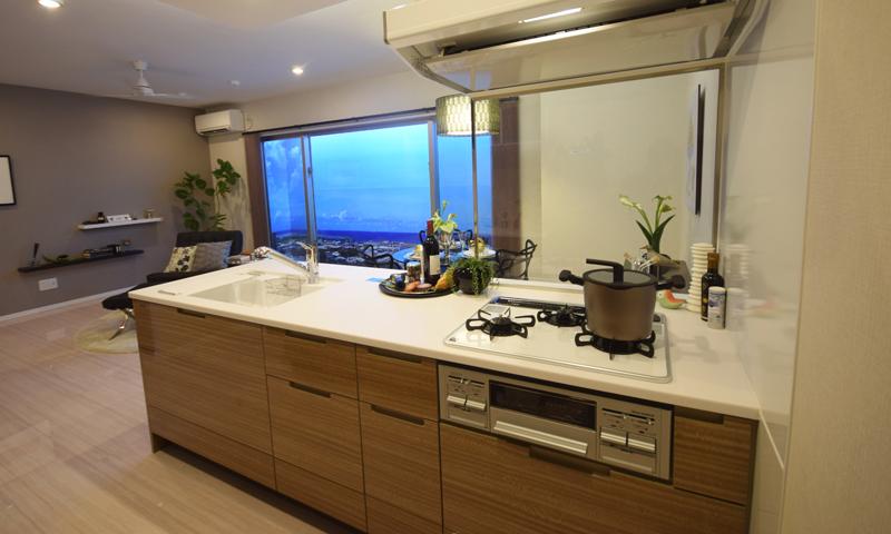 対面式キッチンからの眺めも抜群。コンロ前には耐熱性ガラスを採用し、眺めを遮ることなく、油はねや煙をカバーする
