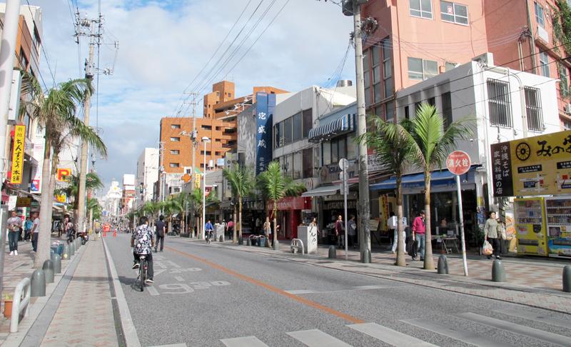 <2> 毎週日曜日のトランジットモール実施中の国際通り。車の通らない道は、意外に幅が広い。今回取り上げる松尾付近の国際通りの南側の店舗は、写真右側に並ぶ店