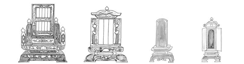 沖縄本島内で普通に見られる沖縄位牌(写真左から一番目から二番目)  一人、一組の夫婦のみをまつる位牌(写真左から三番目)  位牌札を重ねるようにまつる(写真左から四番目)