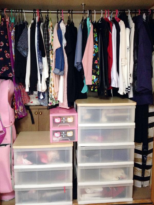 整理整頓したMさん宅のクロゼット。娘さんの服も一緒に見分けやすく。引き出しには普段着を、ハンガーには主に外出用を掛けている