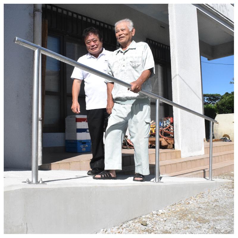 設置したスロープを上る金城さん(右)と中本支部長