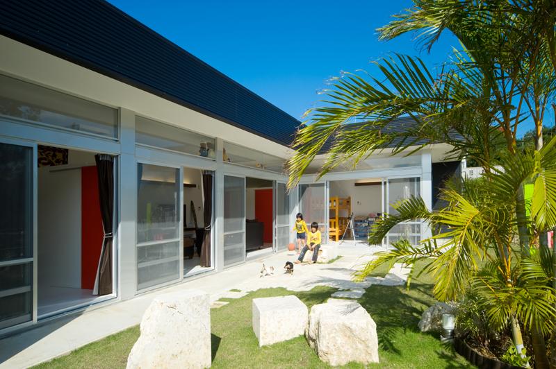 <2>「鉄板ハウス」。鉄板壁で実現した開放的な開口部。設計監理:エス・エヌ・ジーデザイン