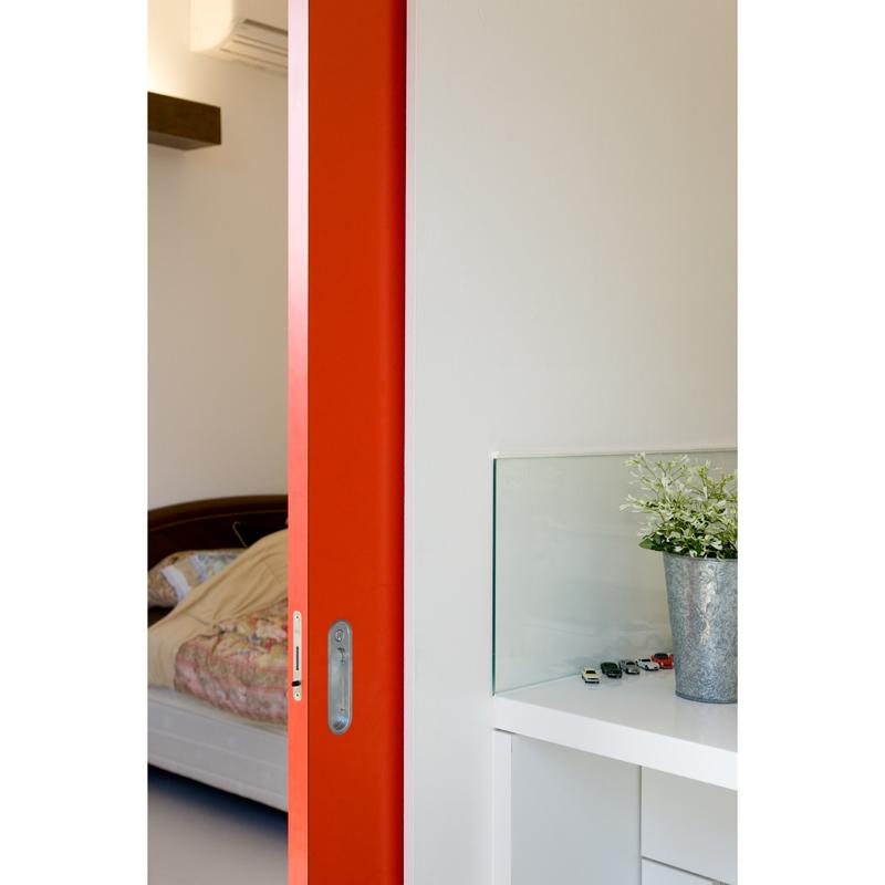 <1>引き戸や扉よりも薄い「鉄板の壁」