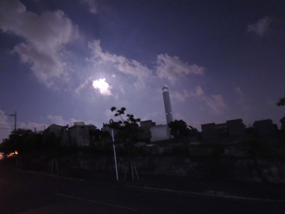 (写真/煙突と月)
