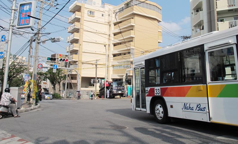 <写真3>この風景も、ある意味で開南の名物といえるかもしれない。専用信号が青になると、交差点を行き交う車を止めて、バスが右折して発車する