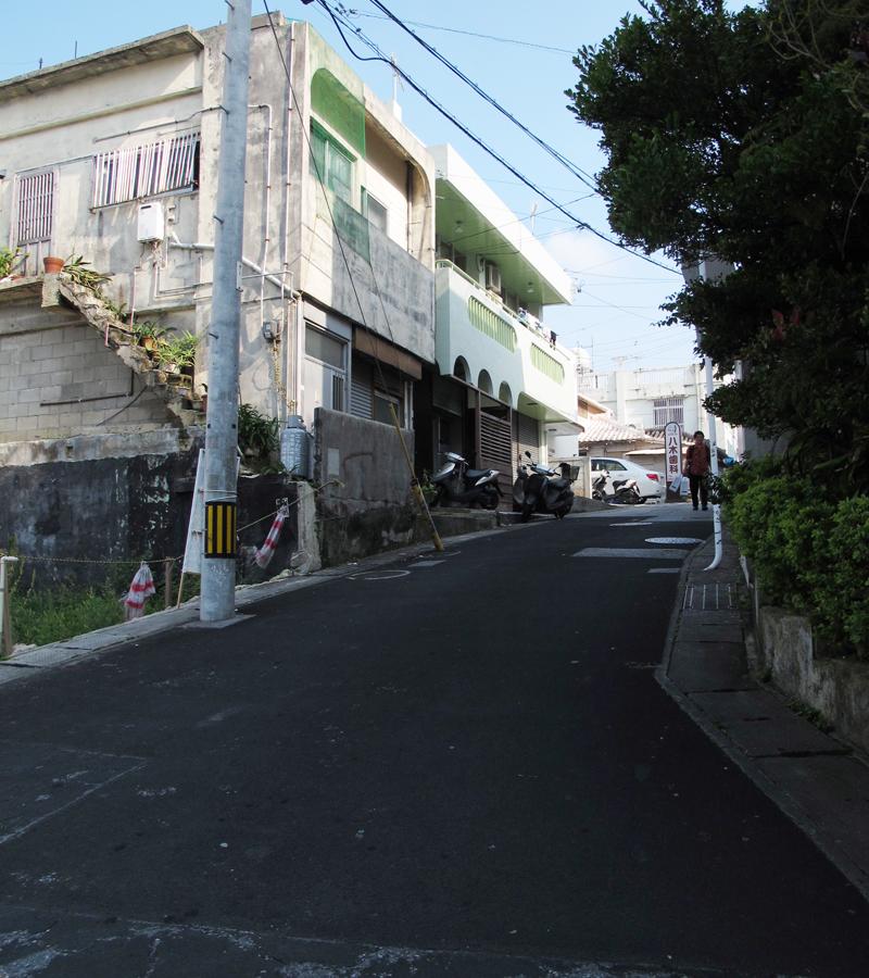 <写真4>この緩やかな上り坂の位置付近に、かつて開南中学校の校門があったと伝えられている。戦後、道は付け替えられ、上り坂以外は名残を留めない