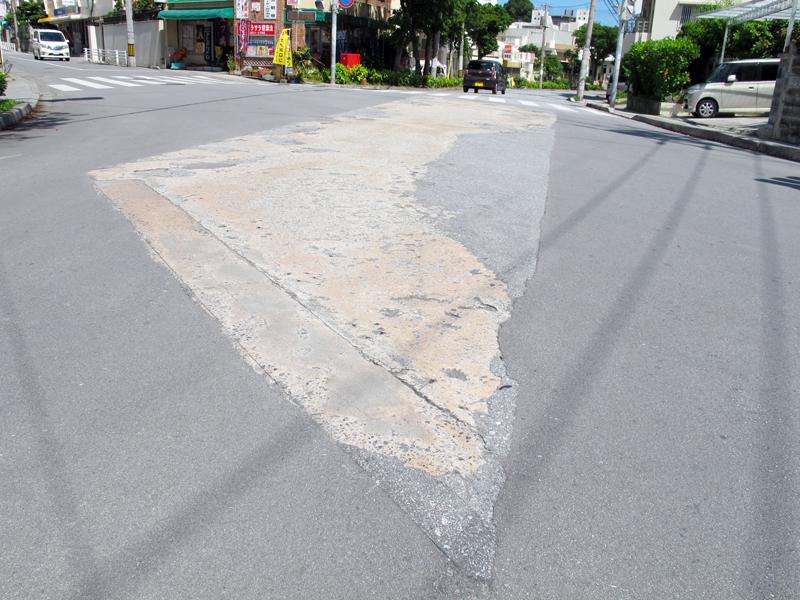<3> 舗装がコンクリートとなっている部分に近づいてみる。前後の、バスが走る道の幅とほぼ同じ長さがコンクリートとなっており、さらに50センチほどの「縁取り」がある。同時期に那覇市内で架けられた橋と材質や規格が似ているので、この部分が五月橋ではないかと推測される