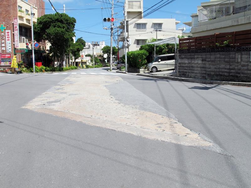 <4> 角度を変えて、交差する道からの視点。ちょうど道の中央部に「橋」が位置している。つまり、この写真で撮影している立ち位置は、川に蓋(ふた)をした部分となる。この下に今でもハゲーラ川が流れているのだろうか