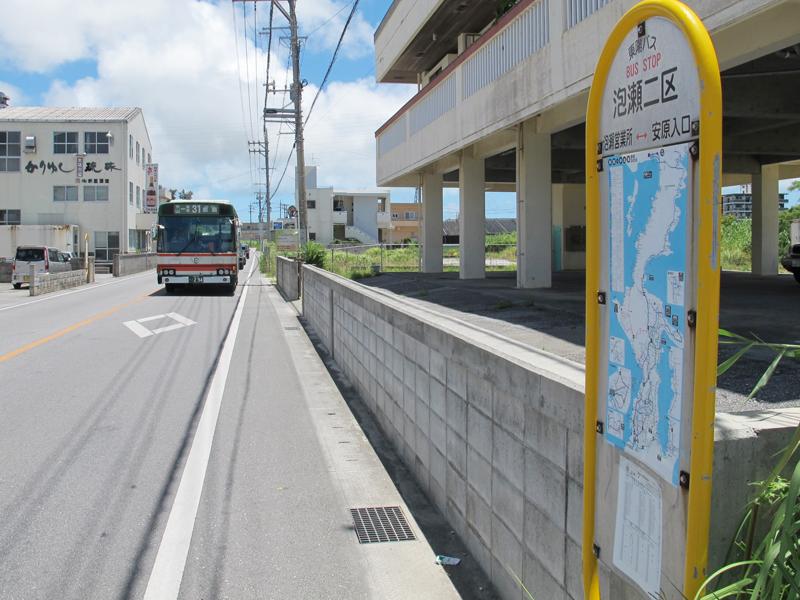 <3>桃原集落の北隣・古謝集落にある泡瀬二区のバス停。バス停の道向かい、写真左手の付近が泡瀬二区