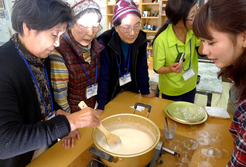 岩手県大槌町の仮設住宅で住民とじーまみ豆腐作り。持ち寄って食べると生きる勇気が出てくる=2014年11月