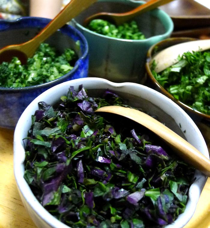 島おにぎり用に細かく刻んだ島野菜。左上から時計回りにニガナ、シマナー、フーチバー、ハンダマ