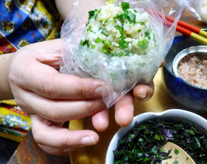 細かく刻んだ島野菜をごはんに混ぜて、ビニールに入れてにぎる。写真はシマナーとツナ缶を入れたもの