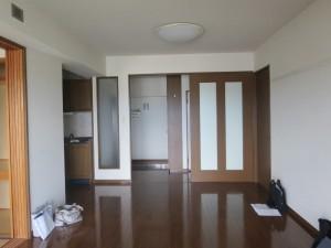 リフォーム前のダイニング。ダークブラウンの建具、床のチーク材などが、室内を暗い印象にしていた(「リノベる。沖縄」提供)