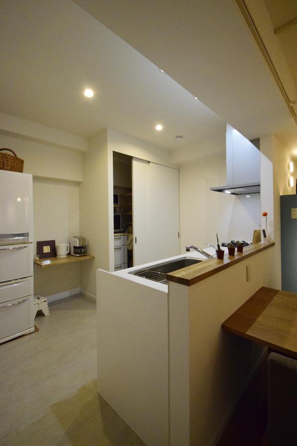 スペースを広げたキッチン。奥にはパントリー(食品庫)も新たに造り付けた