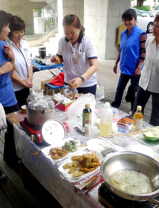 沖縄ガールスカウトの防災食研修で、メンバーがカセットコンロで手際よく揚げた島野菜のてんぷらと空き缶を使った炊飯