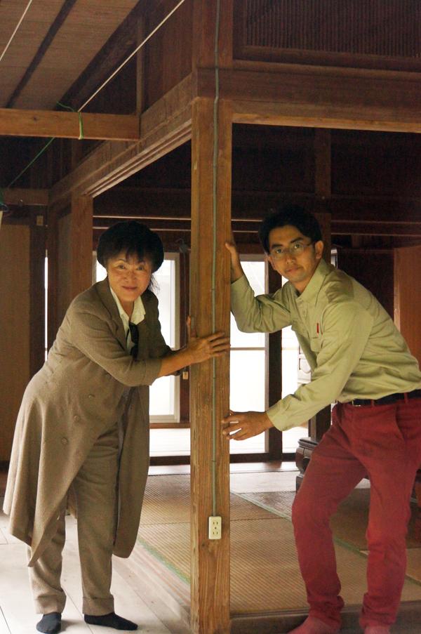 写真1=築70年余になる渡久地克子さん(左)の実家の柱を囲んで。特別な材料(素材)ではないが、ディテールがしっかりしている=大宜味村