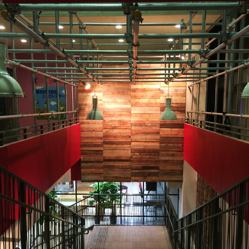 写真3=廃材を張り付けた壁。異なる木目や色の重なりが、壁を表情豊かにする=TODAY O!K/リビング・デザイン・スクエア・泡瀬(沖縄市)