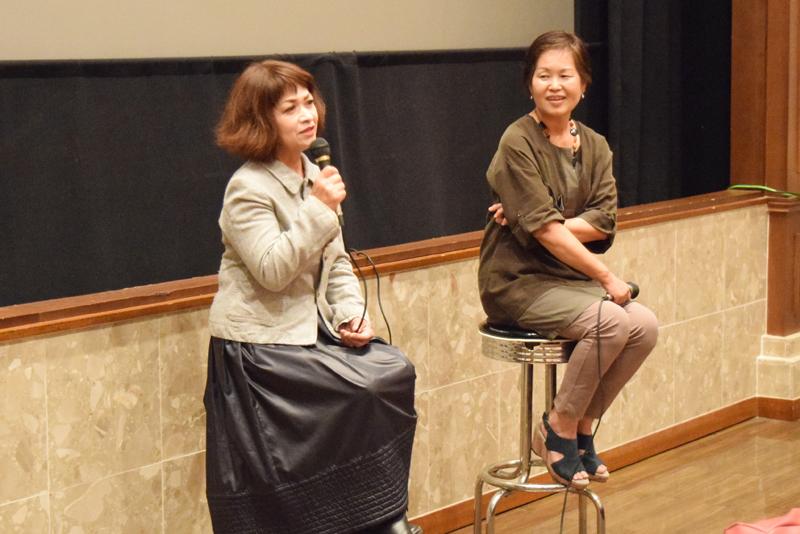 トークセッションで楽しい話を披露した伊波京子さん(左)と玉井多喜子さん=那覇市・シネマパレット