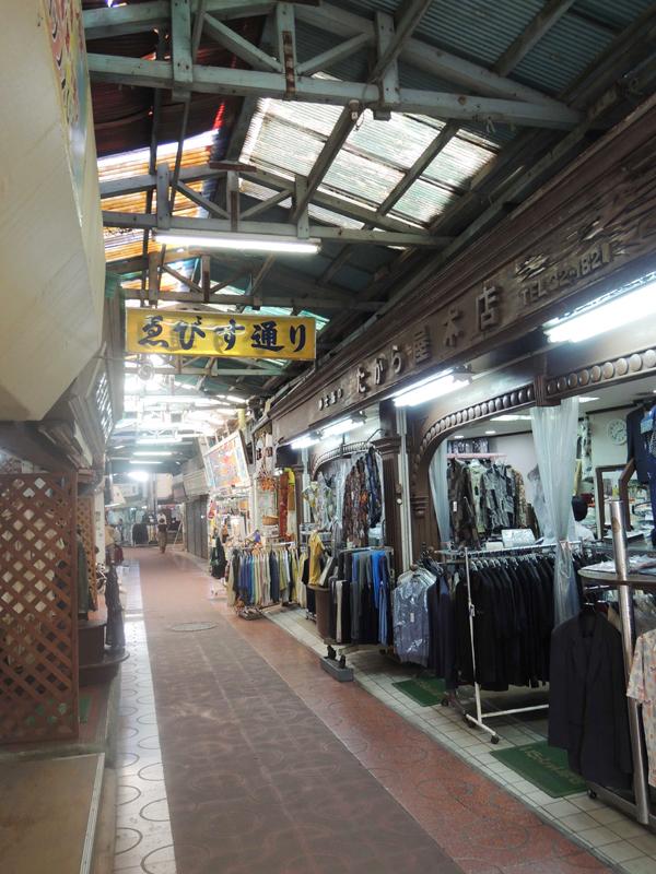 えびす通り=那覇・公設市場界隈を歩いて例えばこういうところで小さな店を出すとしたら……なんて考えてしまう。
